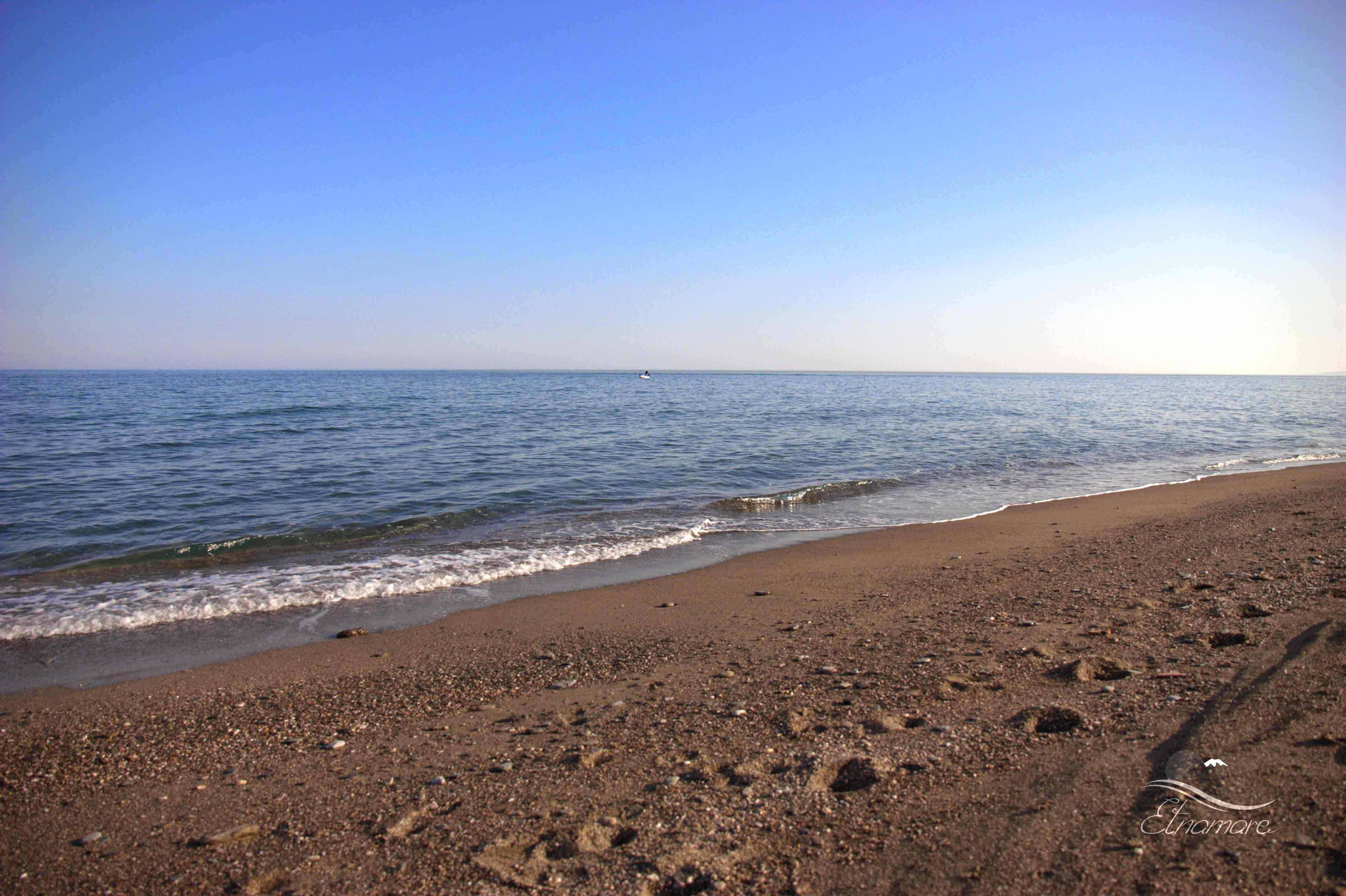 вход в море песчано-галечный