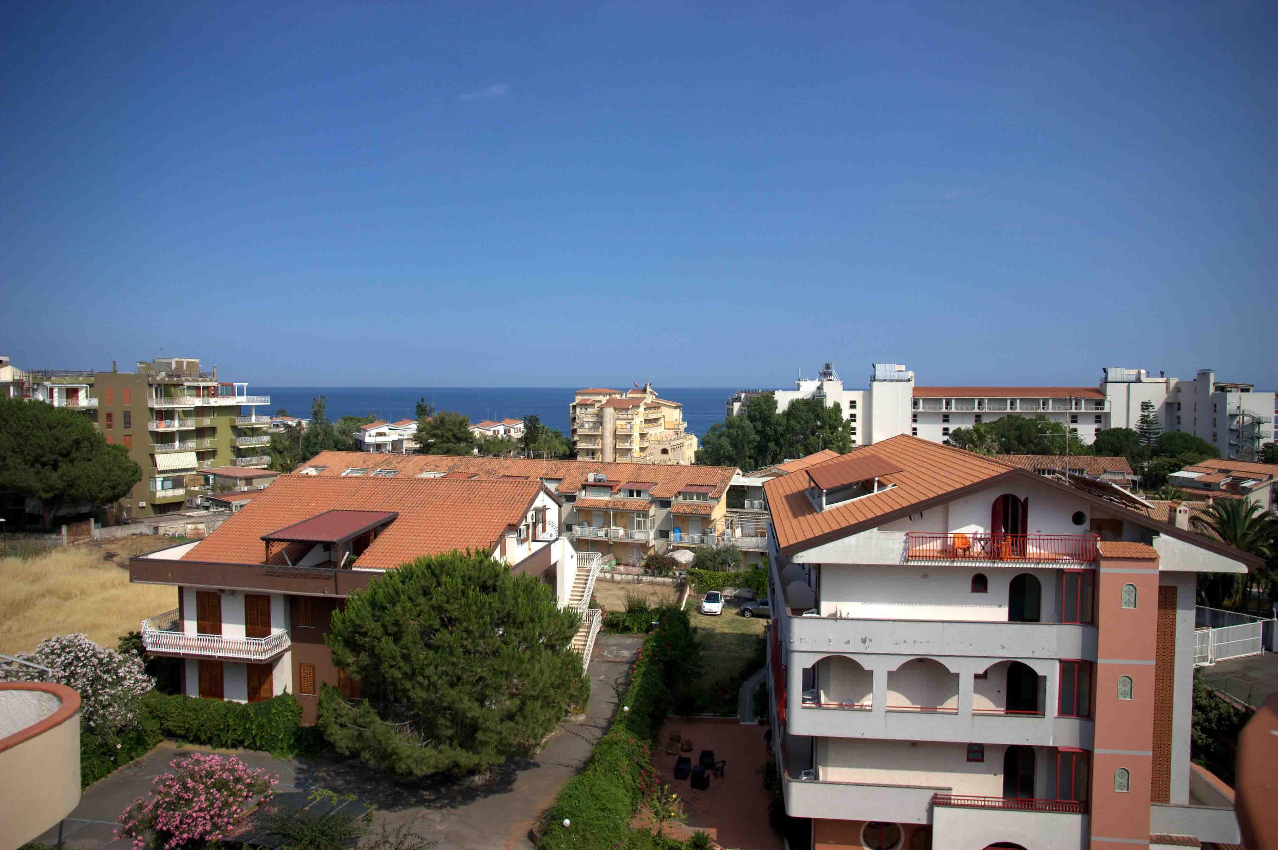 вид на море и отель Helenia Yachting