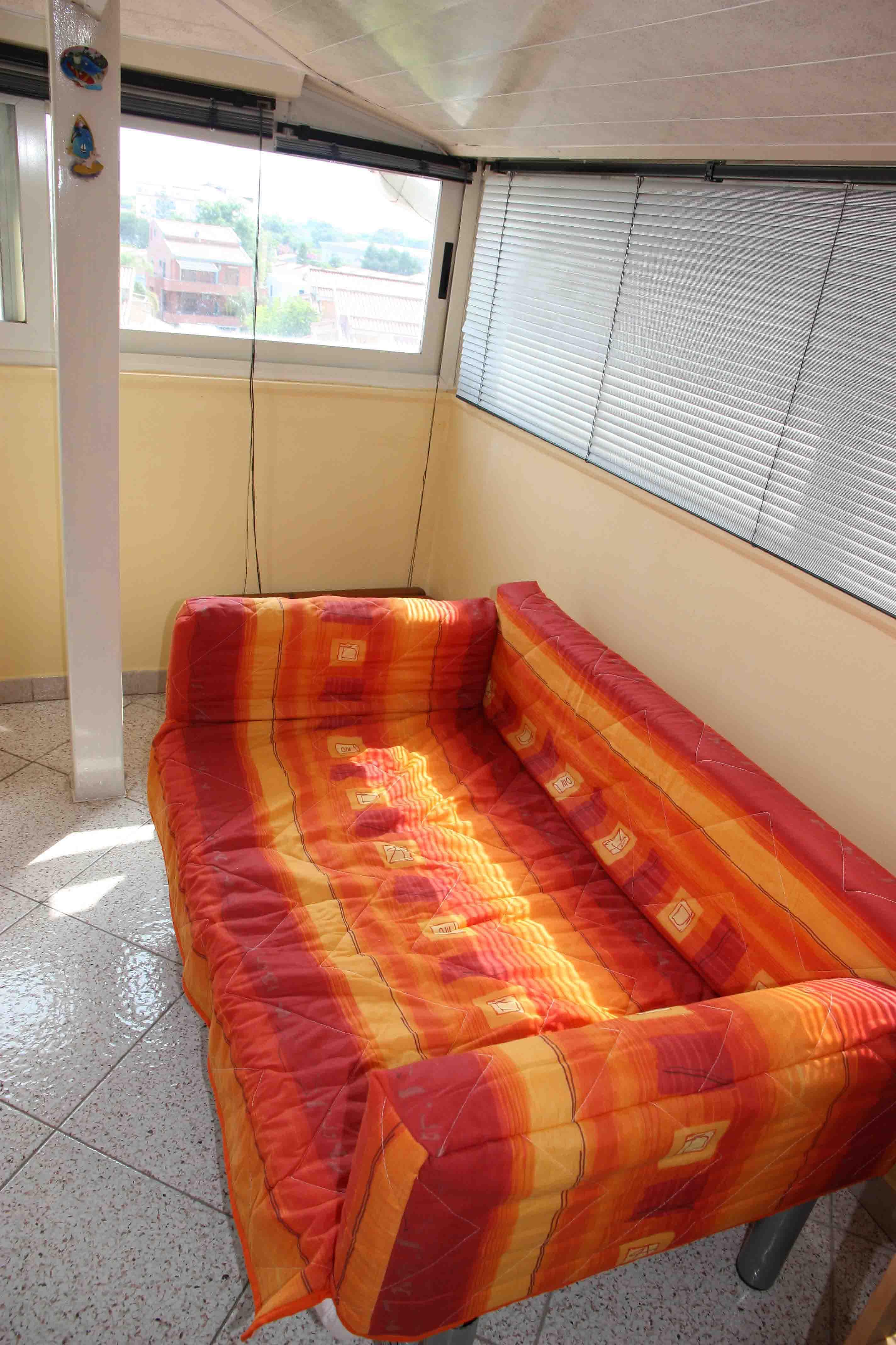 диванчик на кухне раскладывается в длину, подходит для ребенка или невысокого взрослого