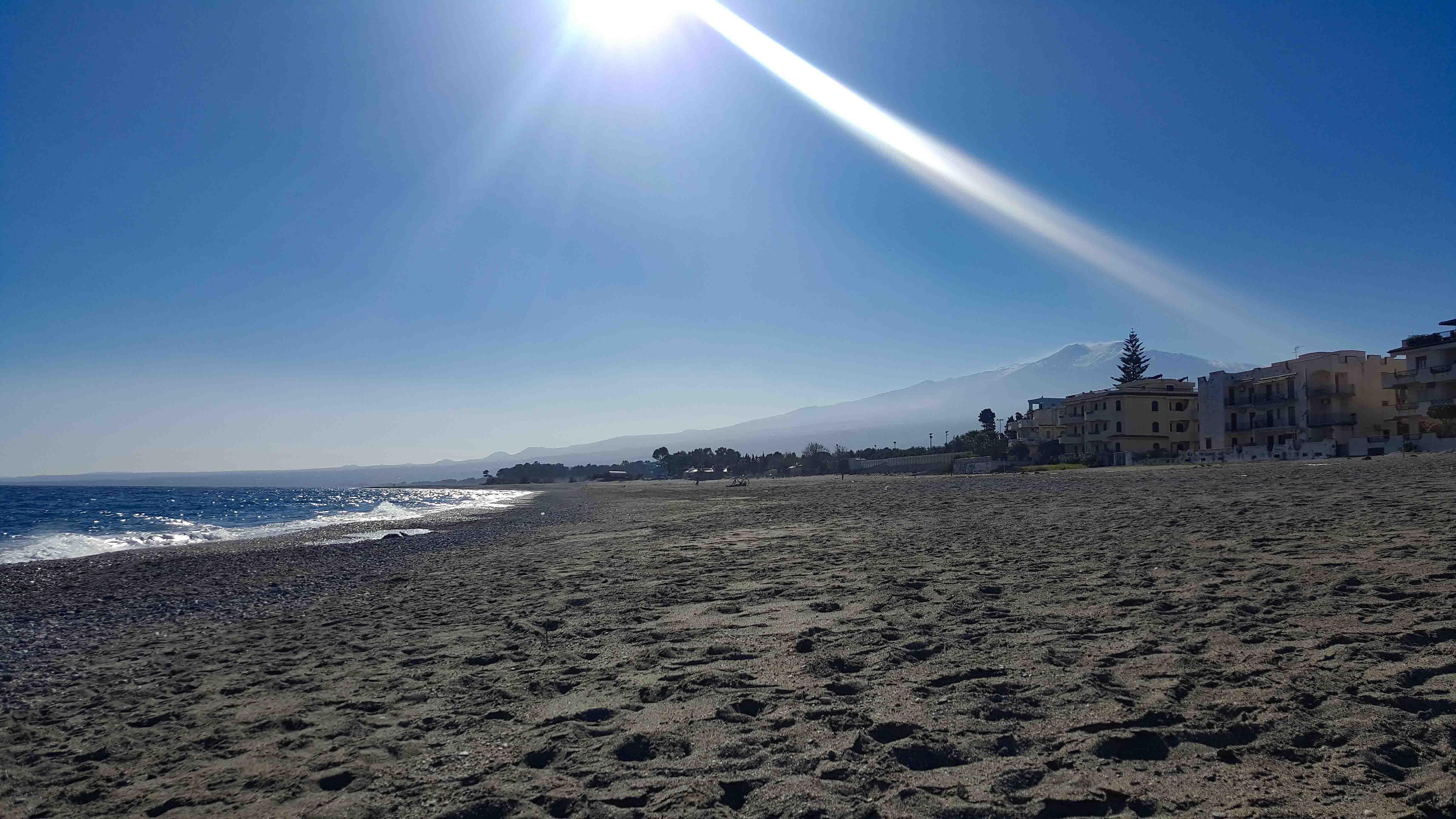 пляж зимой-весной, много солнца, мало народу
