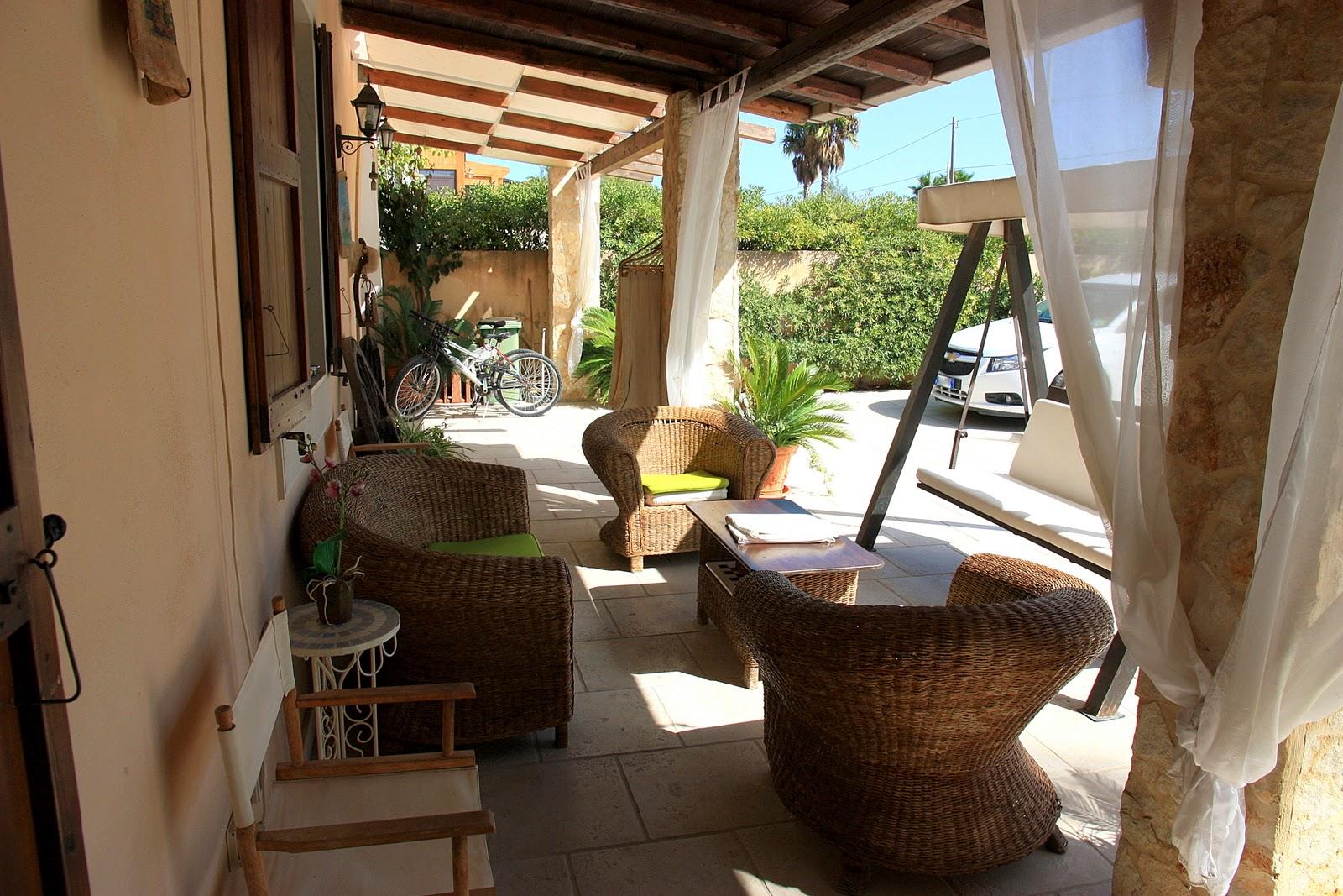 просторная прохладная терраса, с тюлевыми шторами, оборудована всеми капризами для максимального комфорта