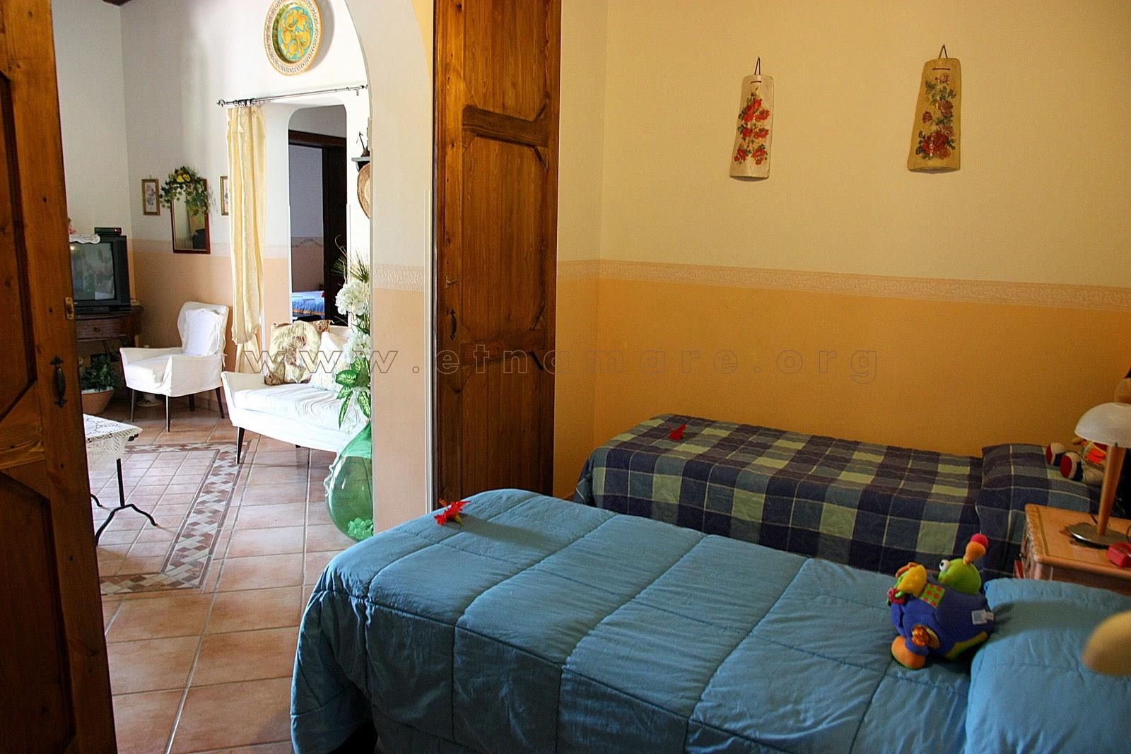 «детская» спальня с 2- мя отдельными кроватями и игрушками