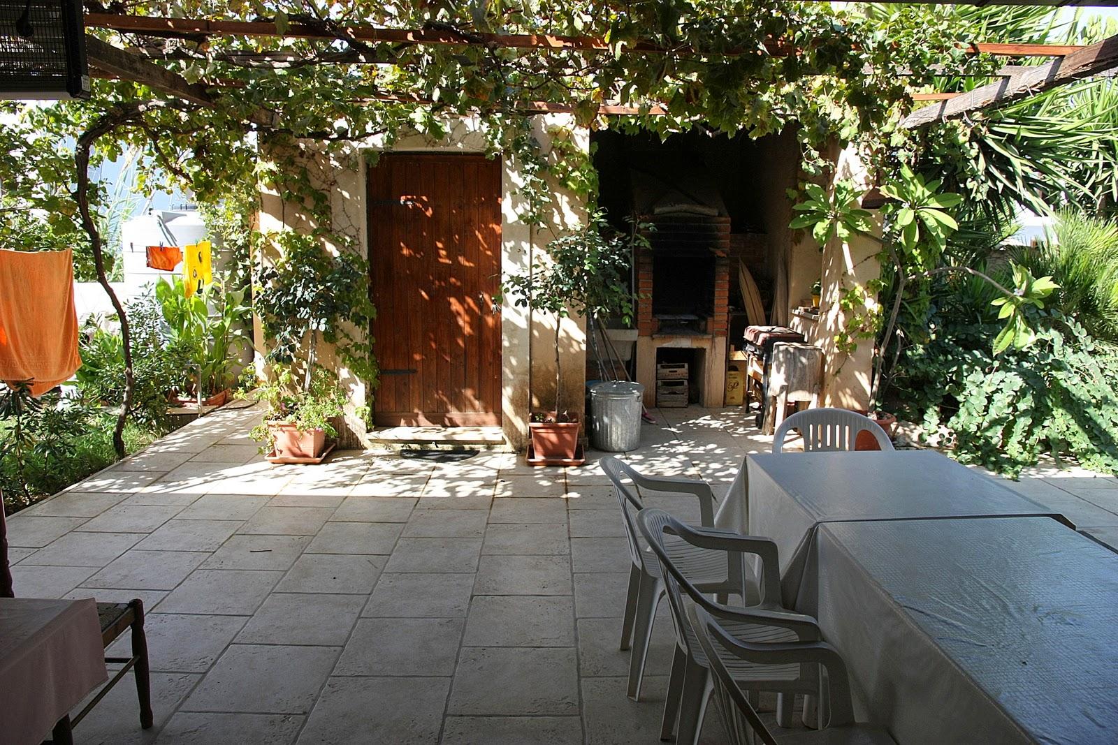 внутренняя терраса-дворик в тени фигового дерева с барбекью...