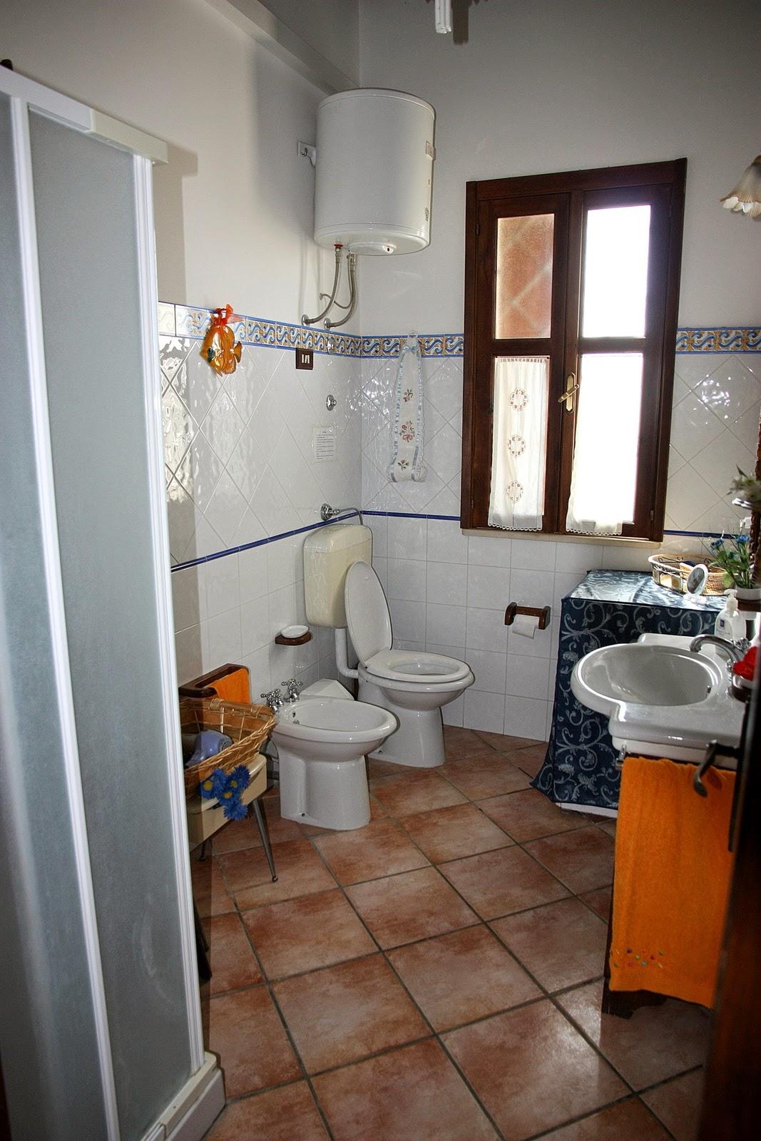 ванная комната апартамента 1 с душевой кабиной и стиральной машиной