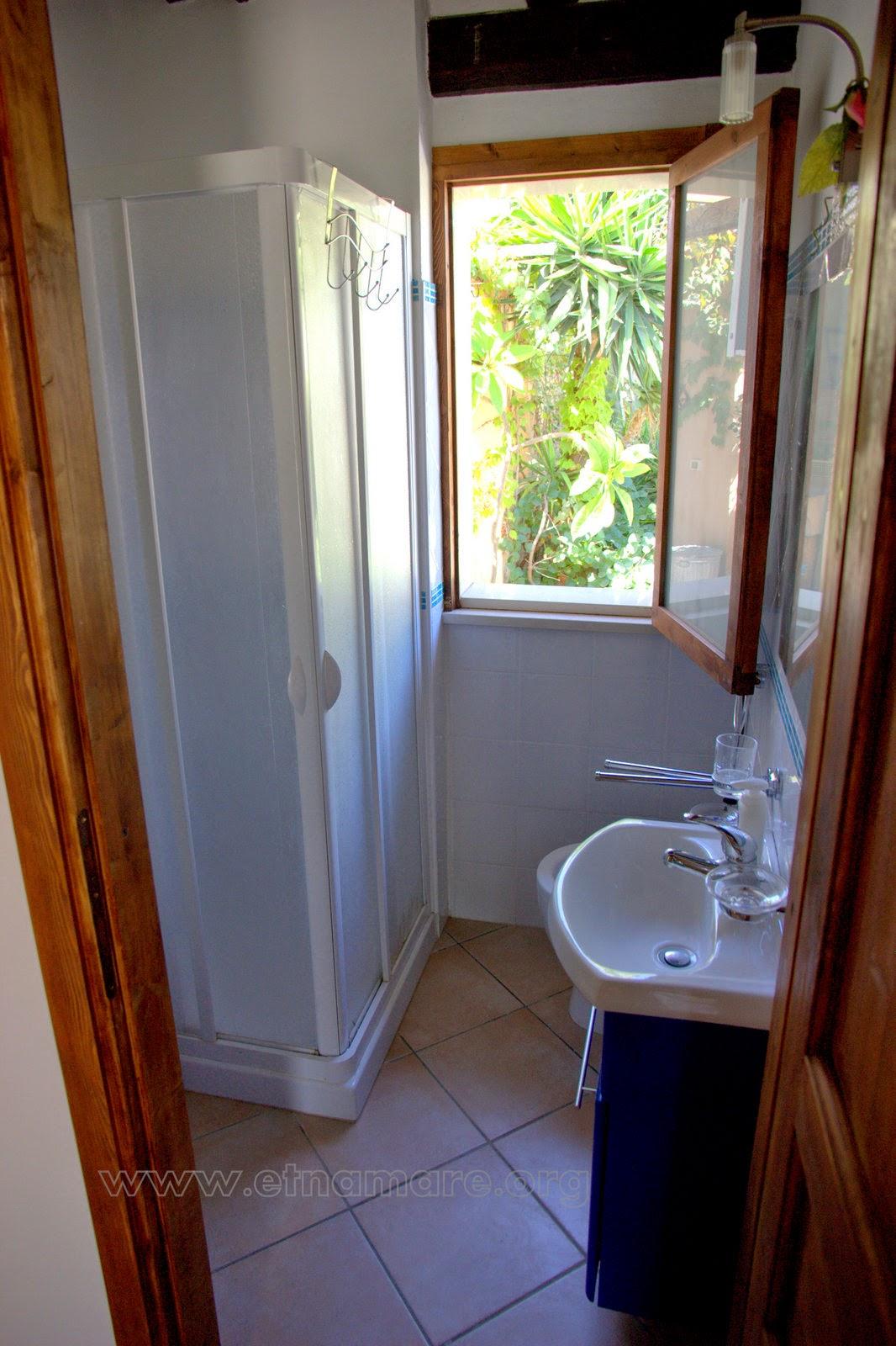 ванная комната апарта №2 с душевой кабиной