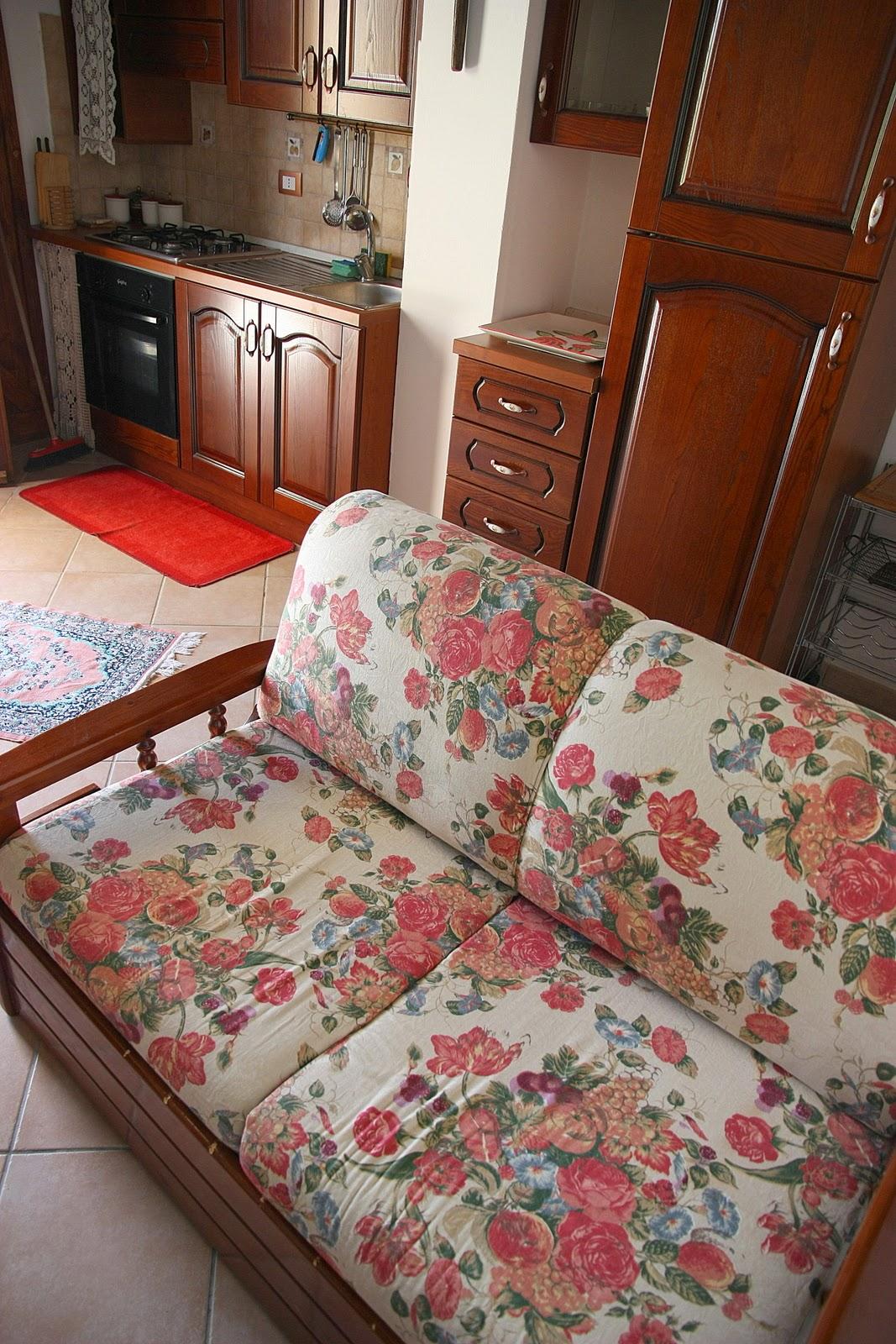 полуторный диван-кровать в салоне апарта 2