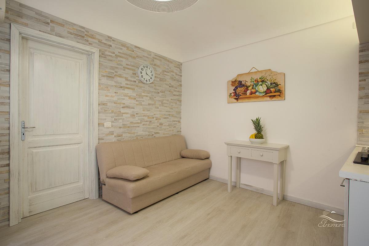 двухспальный диван-кровать в салоне-кухне