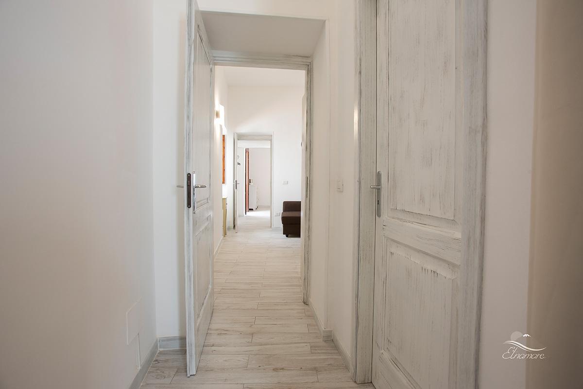 сквозной коридор, соединяющий кухню, первую и вторую спальню