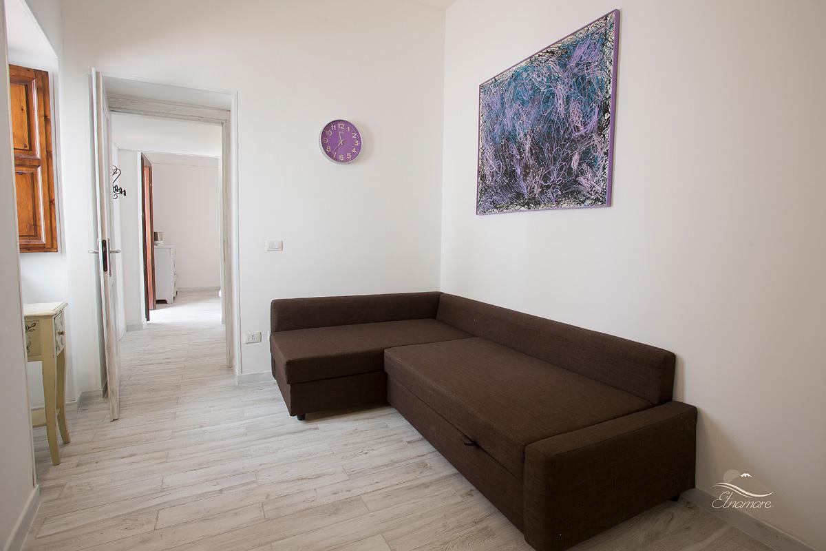 вторая спальня с открытой дверью, раскладной диван-кровать на 2 чел