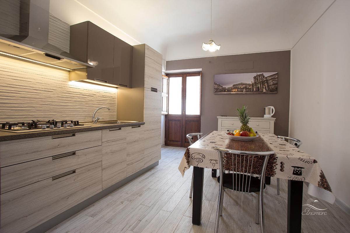 кухня и  входная дверь в апартамент, за ней - лестница на террасу